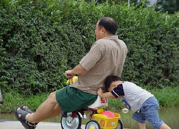 laziest father   makes his kid to push him up the hill